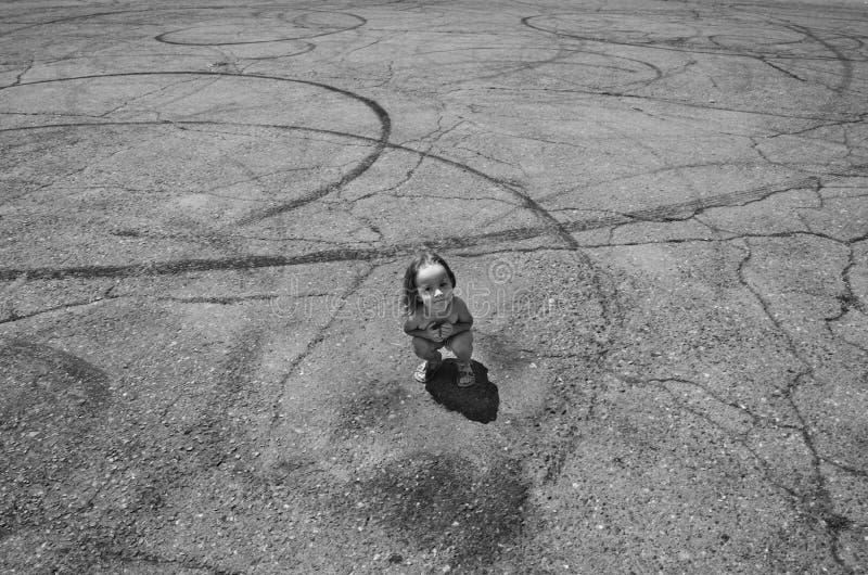 Meisje op een asfaltweg met steunbalktekens royalty-vrije stock foto's