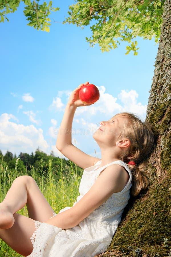 Meisje op een boom royalty-vrije stock fotografie