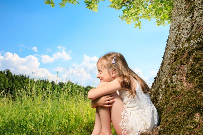 Meisje op een boom royalty-vrije stock afbeelding