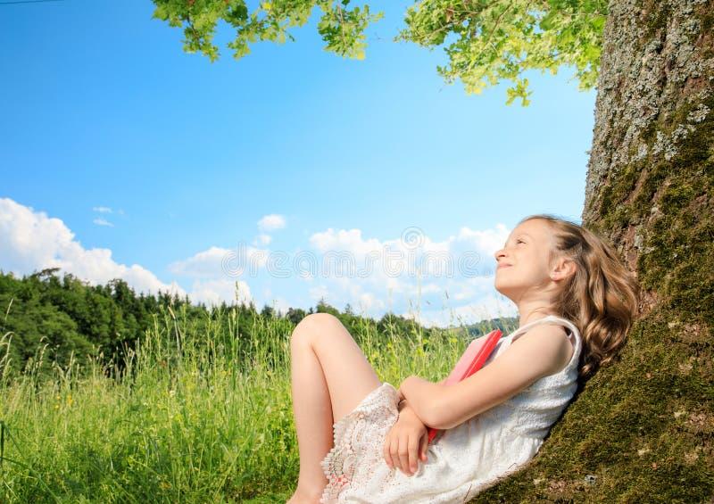 Meisje op een boom stock afbeeldingen