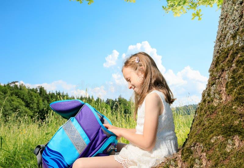 Meisje op een boom stock foto