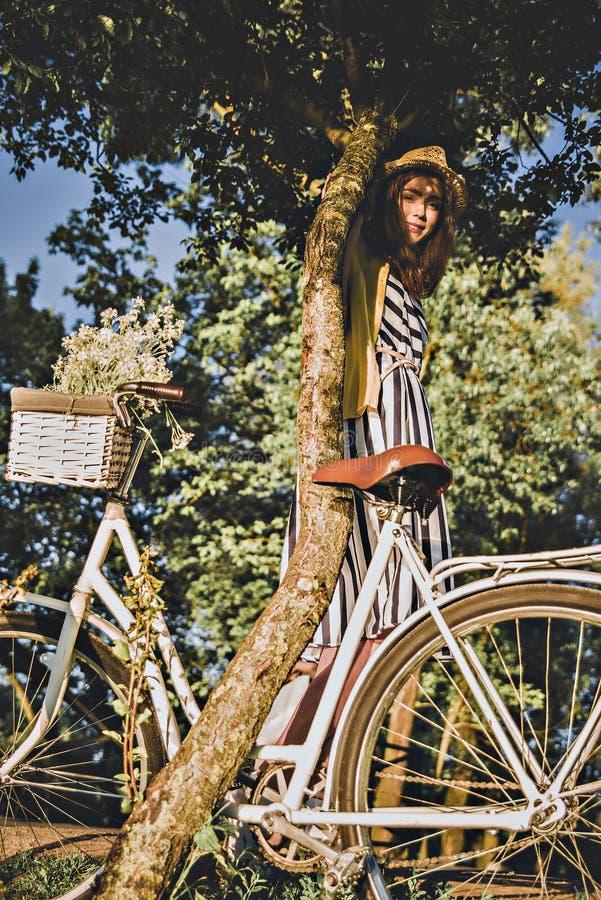 Meisje op een fietsrit met een retro hipsterfiets stock foto's