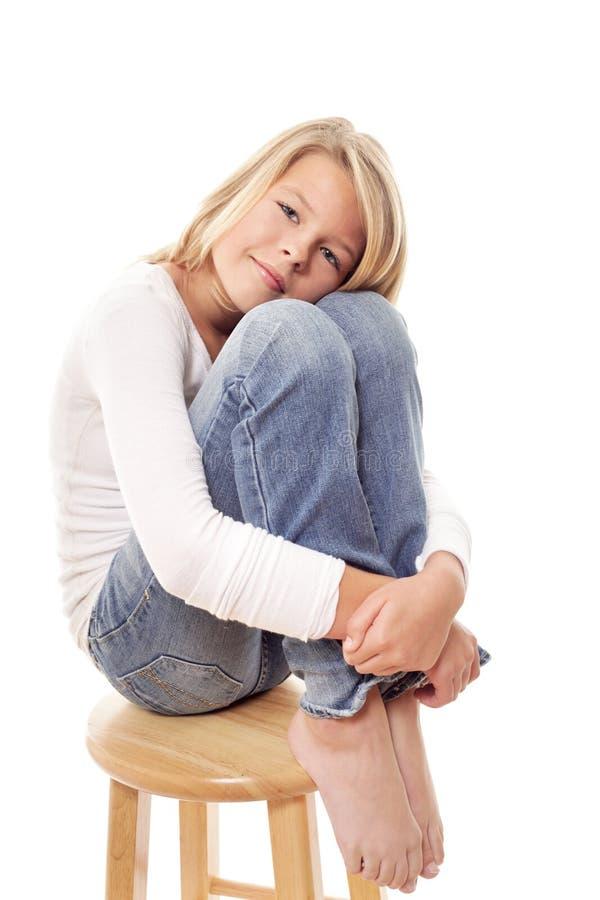 Meisje op een houten kruk stock fotografie