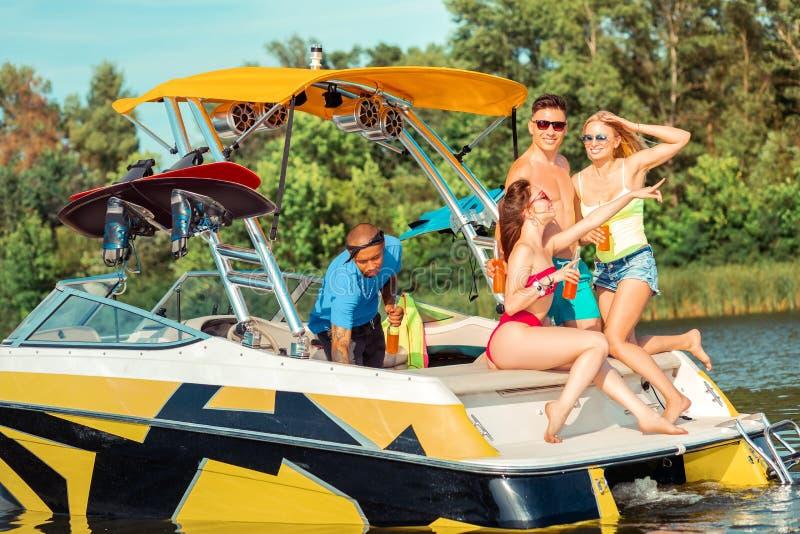 Meisje op een jacht die in de afstand richten royalty-vrije stock fotografie