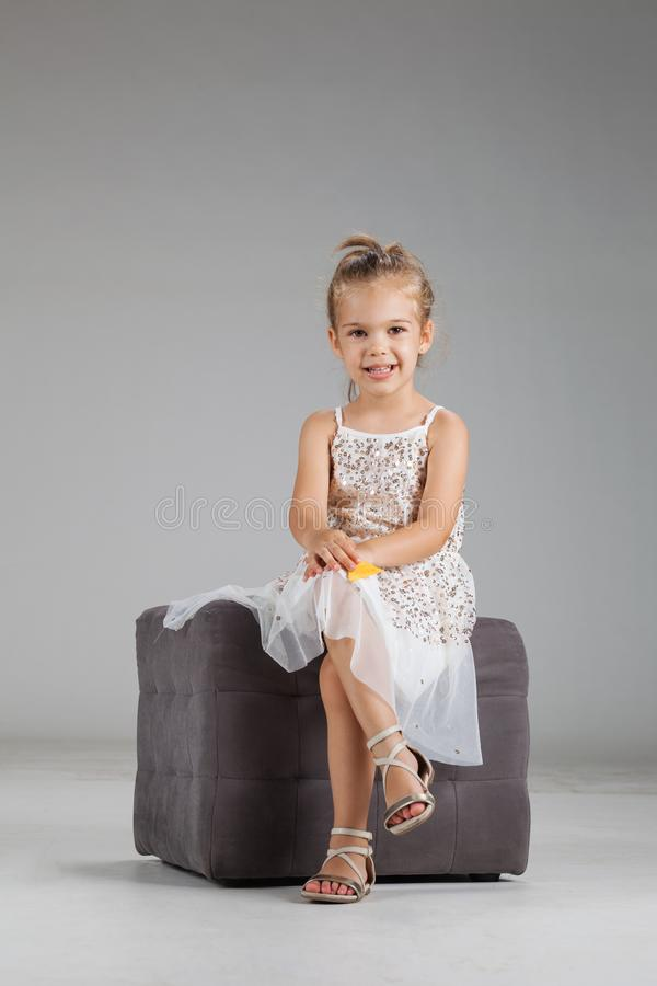 Meisje op een kruk stock fotografie