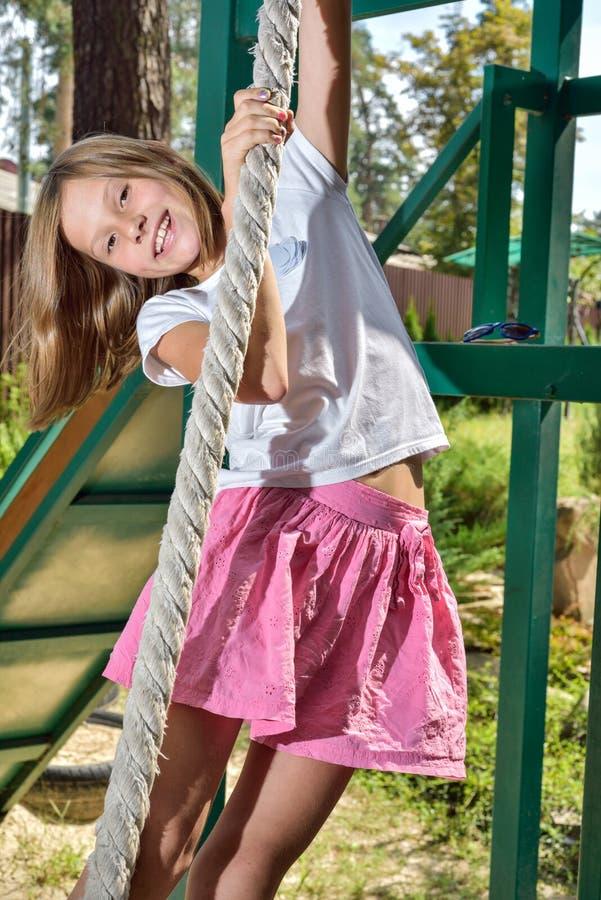 Meisje op een schommeling stock fotografie