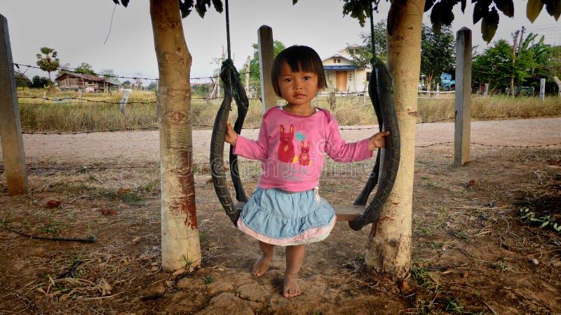 Meisje op een schommeling, Isaan, Noordoostelijk Thailand royalty-vrije stock afbeeldingen