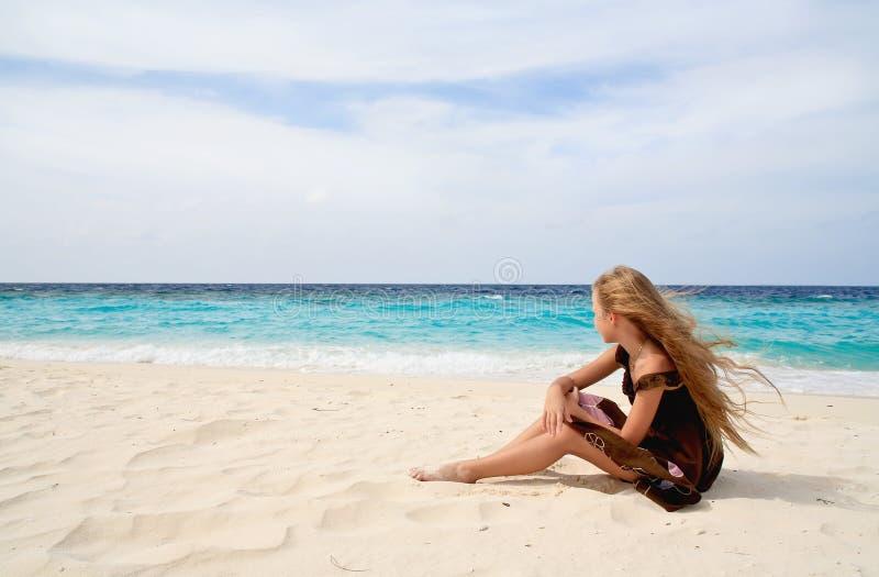 Meisje op een strand royalty-vrije stock afbeelding