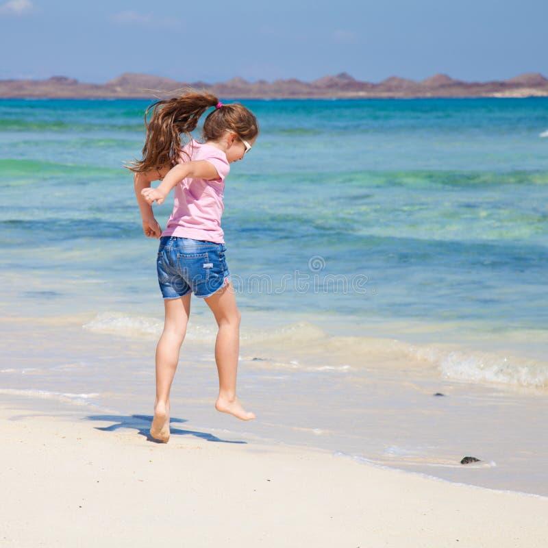 Meisje op een strand stock afbeeldingen