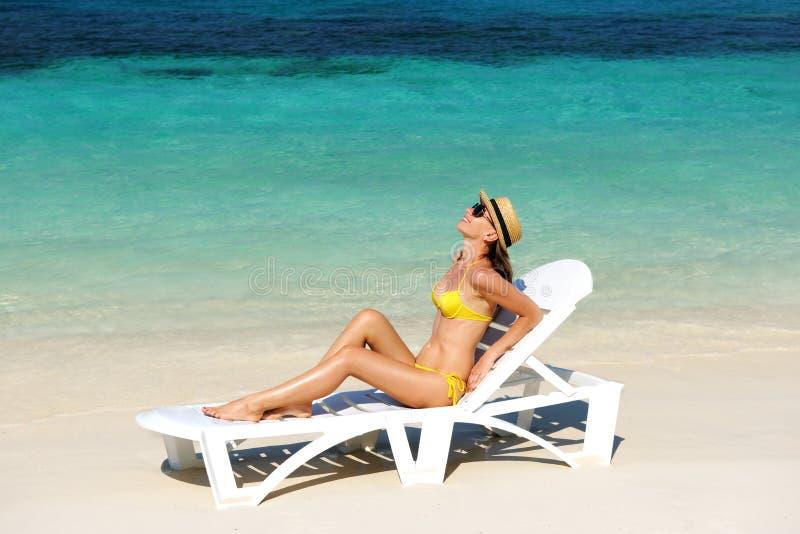 Download Meisje op een strand stock afbeelding. Afbeelding bestaande uit idyllisch - 29505363