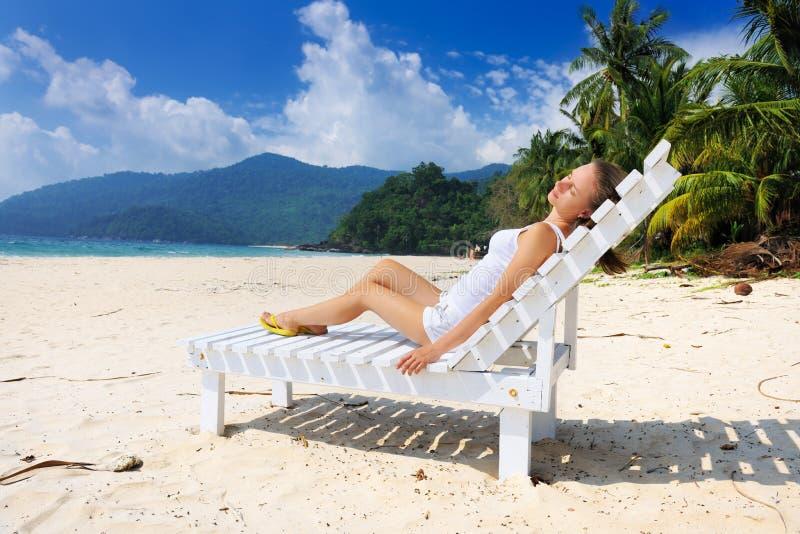 Download Meisje op een strand stock foto. Afbeelding bestaande uit tranquil - 29505420