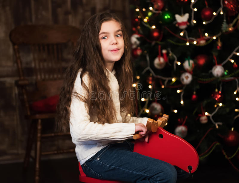 Meisje op een stuk speelgoed paard stock fotografie
