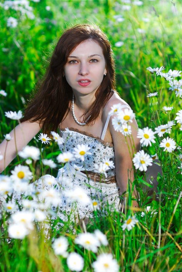 Meisje op een weide stock fotografie