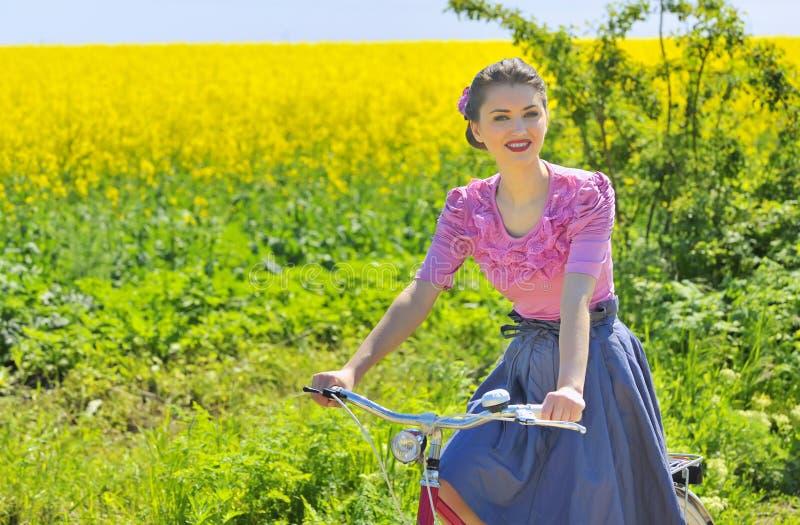 Meisje op fiets in de lentetijd royalty-vrije stock fotografie