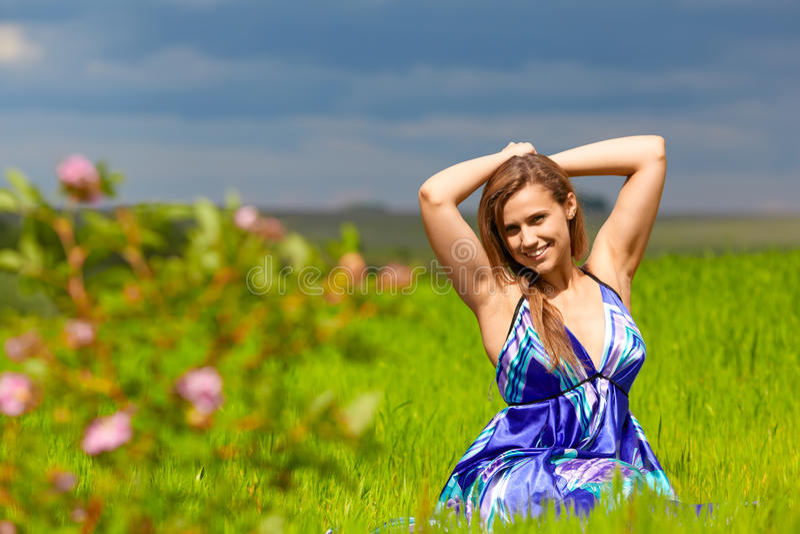 Meisje op groen gras stock afbeeldingen