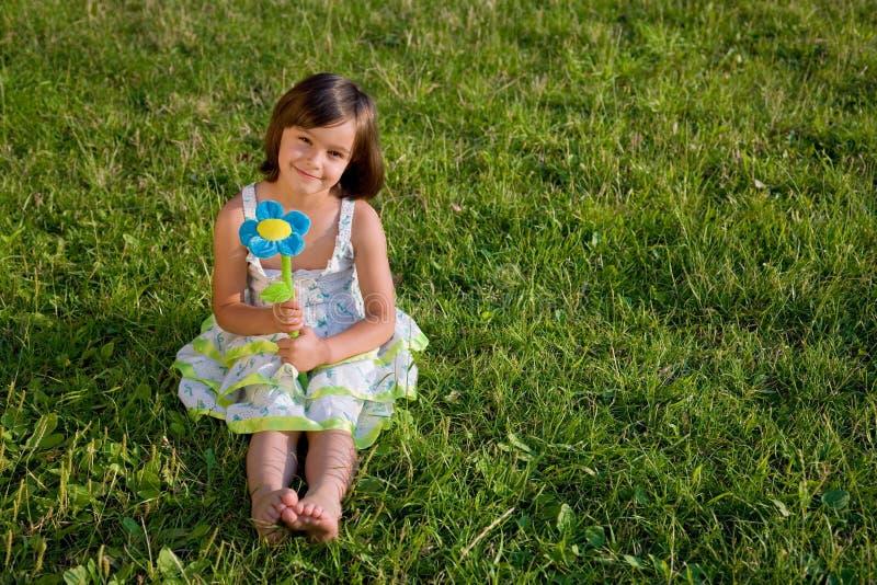 Meisje op groen gras royalty-vrije stock afbeeldingen