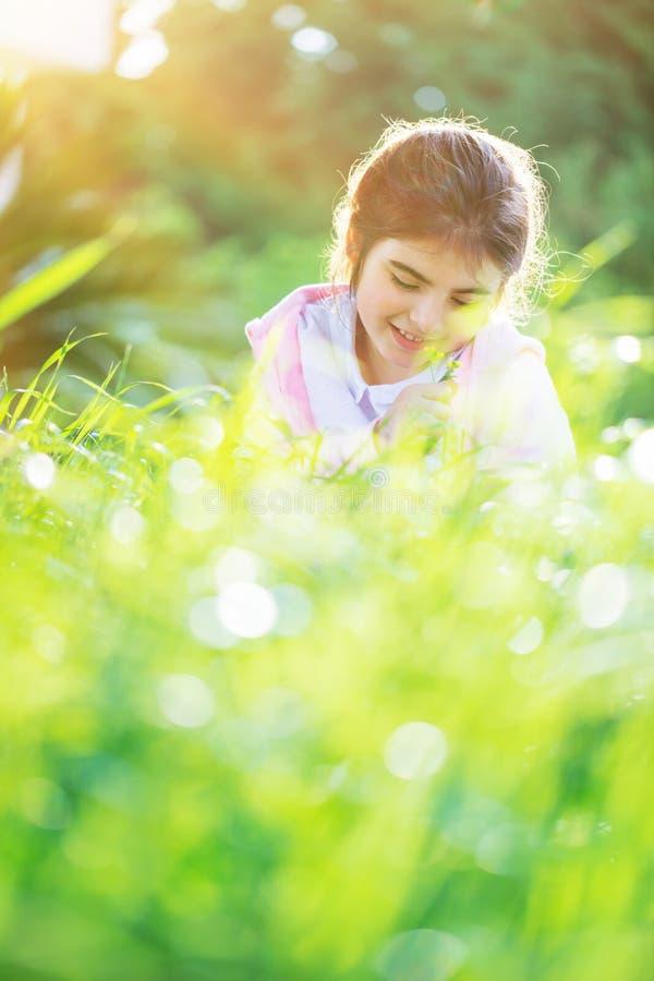 Meisje op het de lentegebied royalty-vrije stock foto