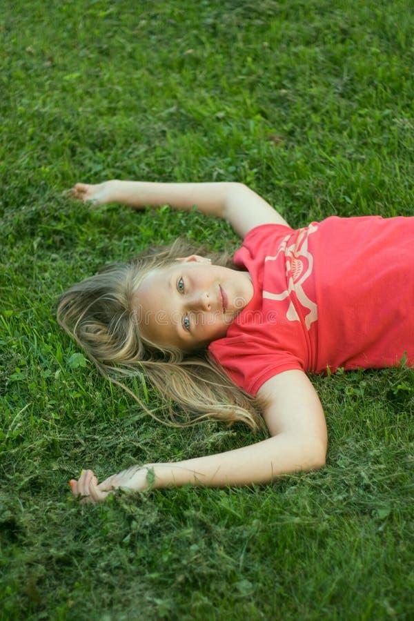 Meisje op het gras royalty-vrije stock afbeeldingen