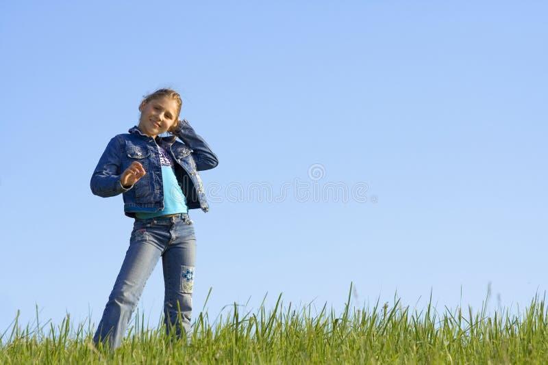 Meisje op het gras stock fotografie