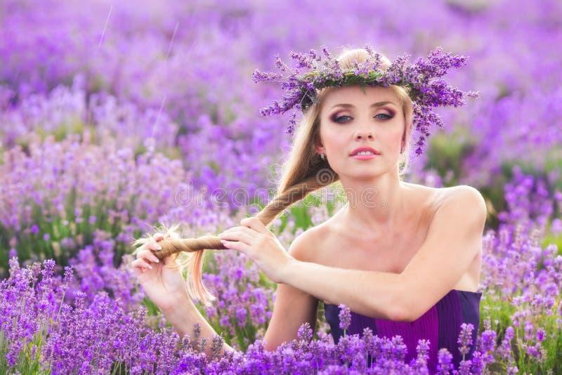 Meisje op het lavendelgebied stock afbeelding