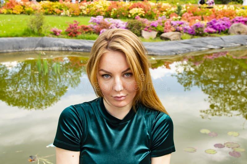 Meisje op het meer met bloeiende bloemen royalty-vrije stock fotografie