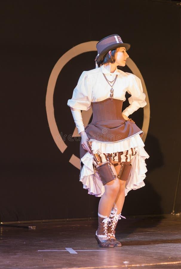 Meisje op het stadium tijdens het festival cosplay kostuum van wild wij royalty-vrije stock afbeeldingen