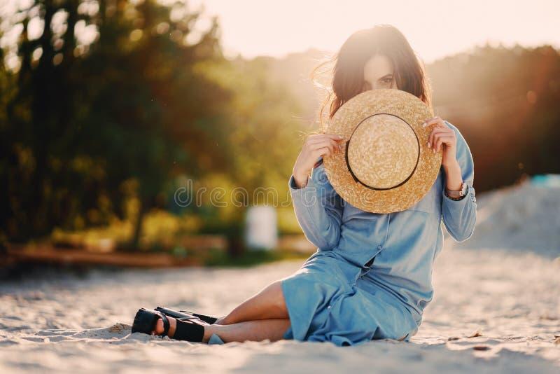 Meisje op het strand royalty-vrije stock foto