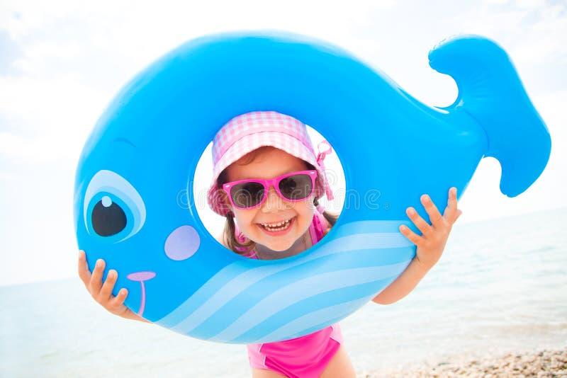 Meisje op het strand stock fotografie