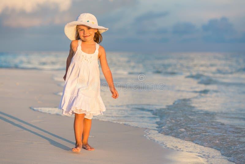 Meisje op het strand royalty-vrije stock afbeeldingen
