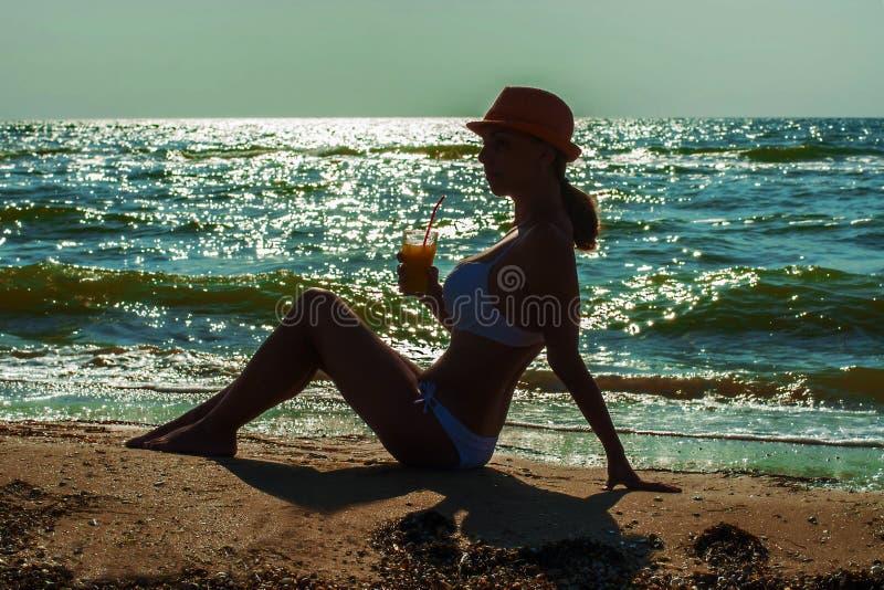 Meisje op het strand met een cocktail stock foto