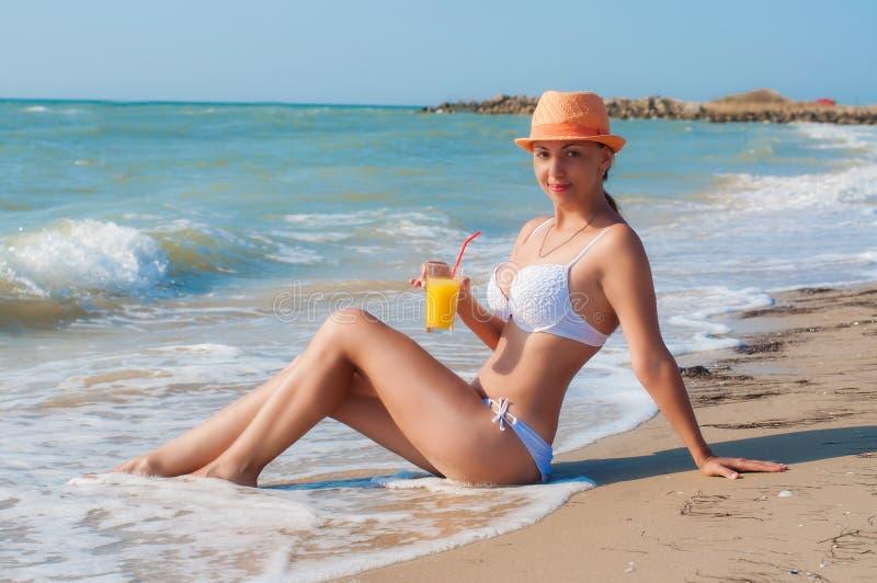 Meisje op het strand met een cocktail stock afbeelding