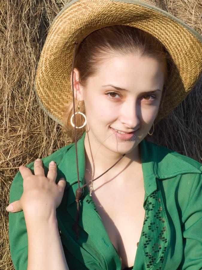 Meisje op hooi stock afbeelding