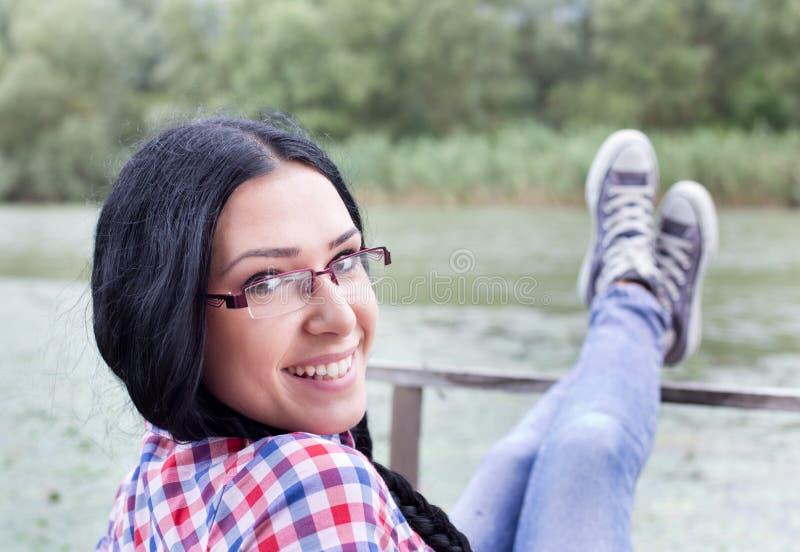 Meisje op houten dok stock foto's