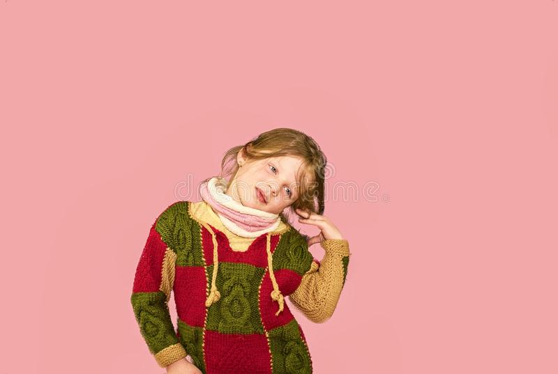 Meisje op kleurrijke achtergrond De ruimte van het exemplaar Het jonge meisje draagt sweater Zachte roze achtergrond stock foto