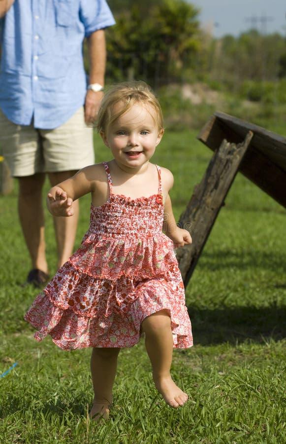 Meisje op landbouwbedrijf royalty-vrije stock afbeeldingen