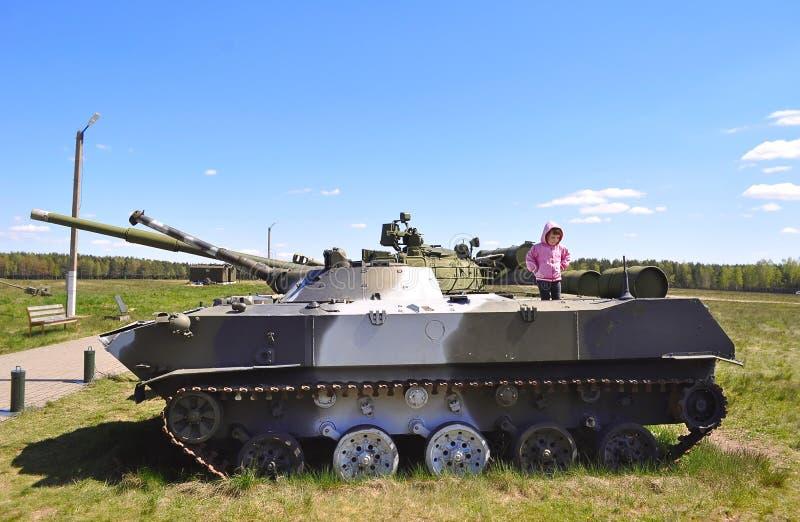 Meisje op legertank stock afbeelding