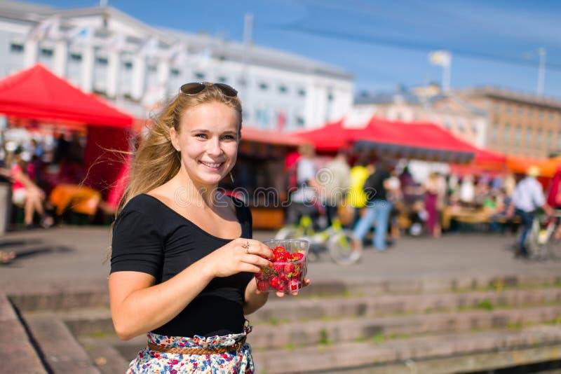 Meisje op markt stock foto's
