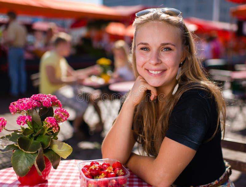 Meisje op marktkoffie stock afbeelding