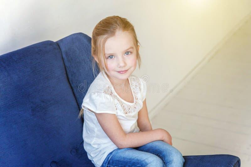 Meisje op moderne stoel royalty-vrije stock afbeelding