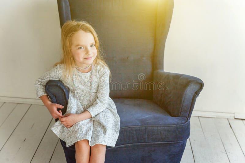 Meisje op moderne stoel stock fotografie