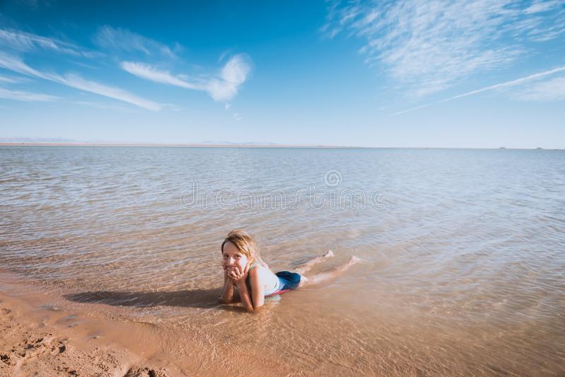 Meisje op mooi oceaanstrand stock fotografie