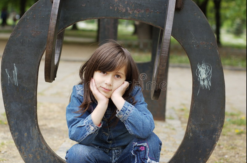 Meisje op openluchtart. stock fotografie