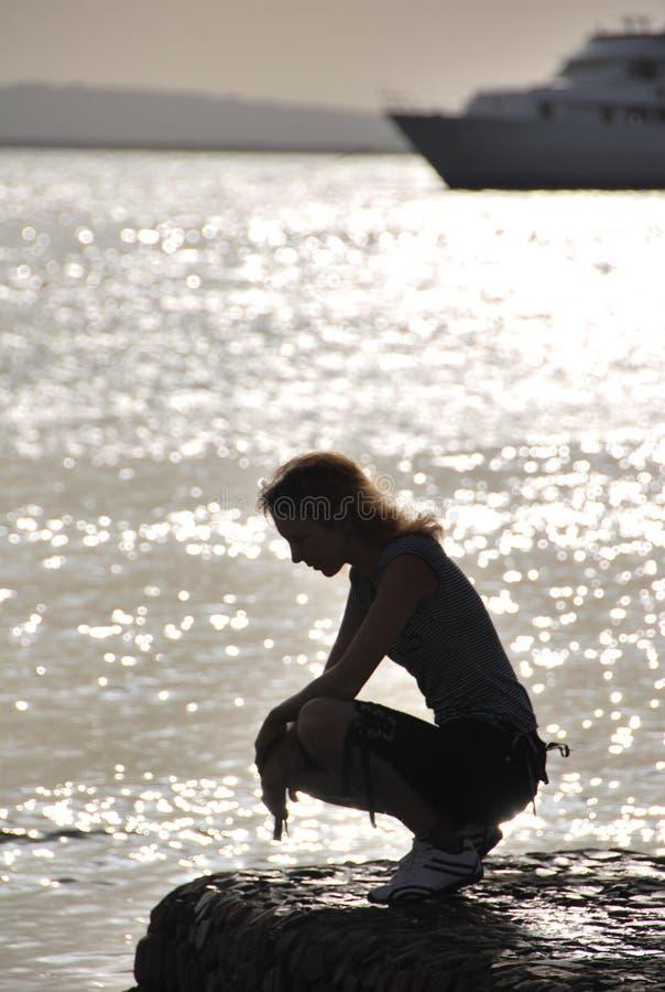 Meisje op overzees stock fotografie