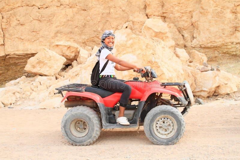 Meisje op ploeg in woestijn royalty-vrije stock foto