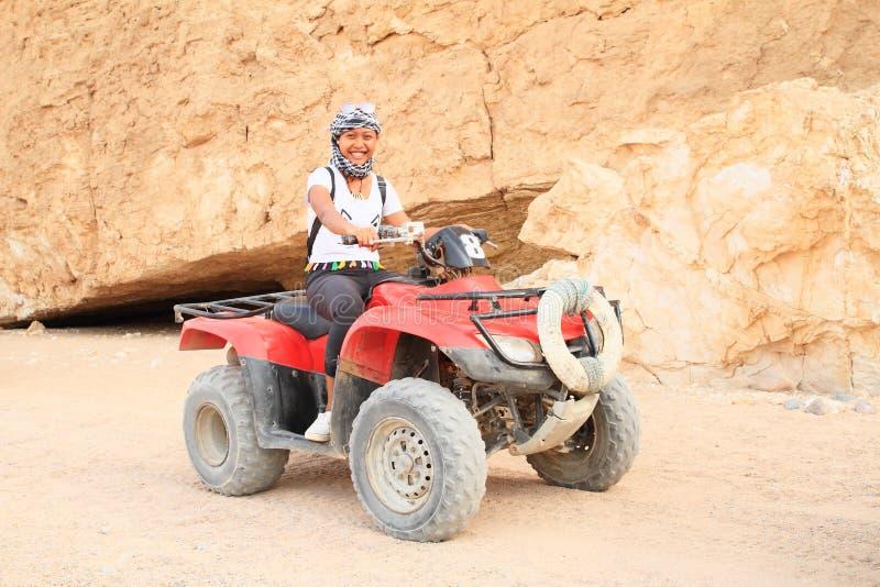 Meisje op ploeg in woestijn stock afbeelding