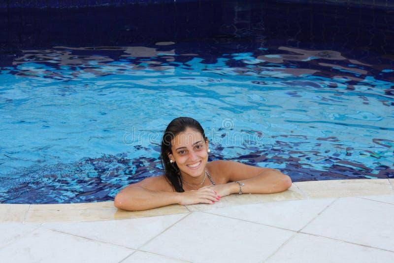 Meisje op rand van pool royalty-vrije stock afbeelding