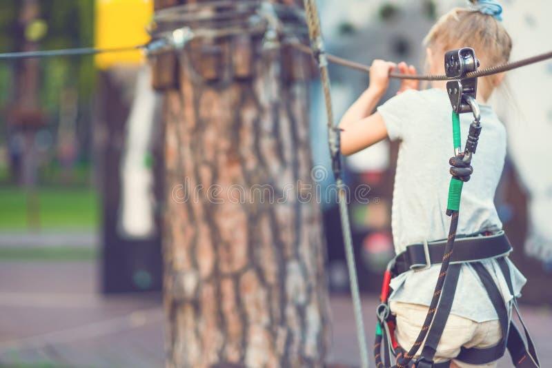 Meisje op rope-way in het vage park, royalty-vrije stock foto