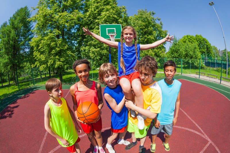 Meisje op schouders van haar team na basketbal royalty-vrije stock foto's
