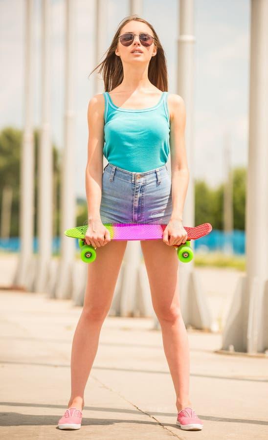 Meisje op skateboard royalty-vrije stock foto's