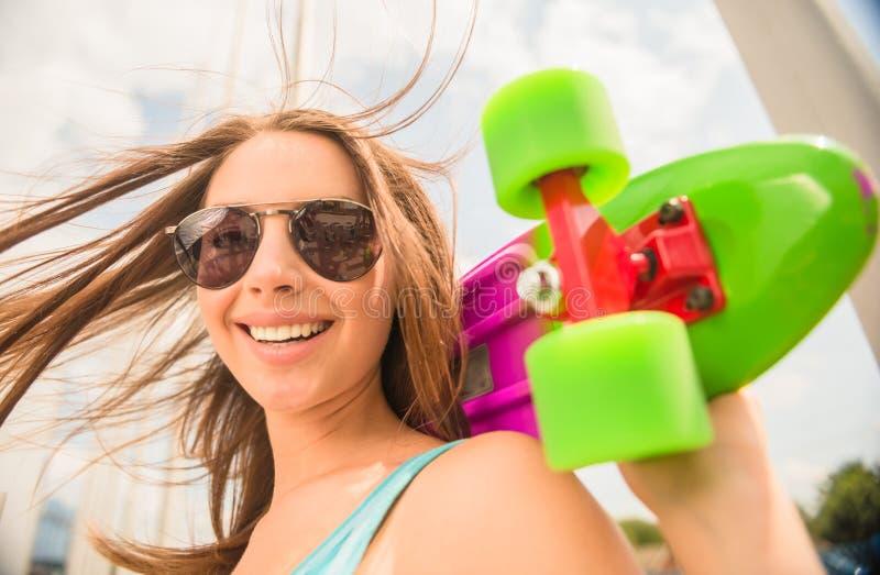 Meisje op skateboard royalty-vrije stock foto